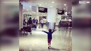 Bimbo va a prendere il padre in aeroporto, è pura felicità!