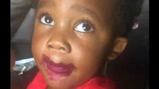 Cette fillette couverte de rouge à lèvre nie sa bêtise