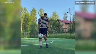 Jovem partilha a sua habilidade com a bola de futebol