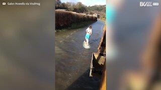 Pourquoi ne pas profiter des inondations pour faire du surf?