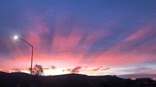 Nascer do sol inacreditável sobre as montanhas da Califórnia
