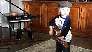Søt liten gutt elsker countrymusikk