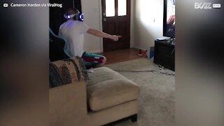 Irmão apanhado a usar realidade virtual de forma peculiar!