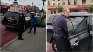 Polícia estaciona mal o carro para comprar pizza