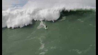 Drone fanger dramatisk redning av Pedro Scooby i Nazaré