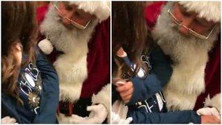 Liten jente ber julenissen om å helbrede kusinen sin