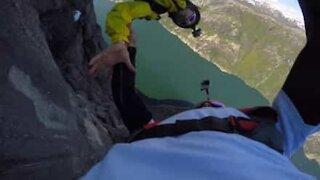 Si lanciano dal canyon: più di 900 metri di altezza!