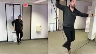 Denne fyren monterer slakkline på kontoret