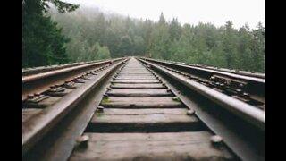 Homem deita nos trilhos e espera trem passar