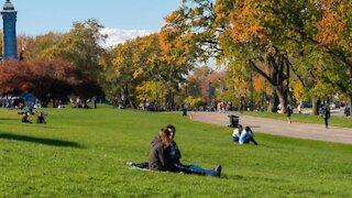 Masque à l'extérieur : Québec annonce une modification à la règle en zone rouge et orange