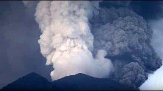 Utrolig time-lapse video viser askeskyer som kastes ut av vulkanen Agung.