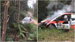 Racerkører i et episk styrt under rally i Australien