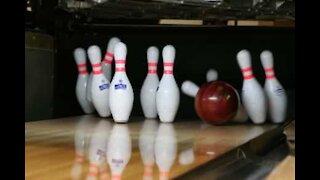 Jovem atira-se contra pinos de bowling e faz um strike