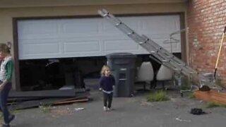 Criança escapa de acidente por muito pouco!