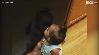 Questa tenera bambina è nata già vanitosa!