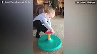Futuro ginasta! Bebê mostra equilíbrio incrível