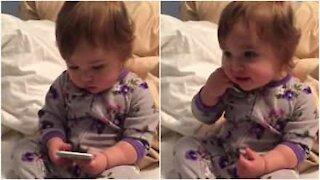 Bebè imita la madre durante una telefonata d'affari