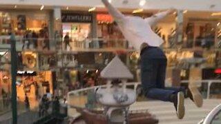 Jovem salta de altura absurda para piscina em centro comercial