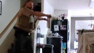 Tenåring prøver å lære faren sin en viral dans