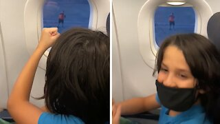 """Airport employee plays """"rock paper scissors"""" with kid on plane"""