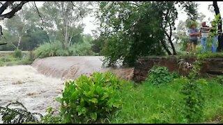 Rain causes flash flooding in Johannesburg (J8g)