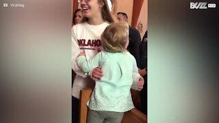 Bambina abbraccia tutti in una chiesa