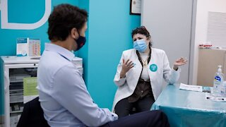 Justin Trudeau révèle son tatouage pendant son vaccin contre la grippe