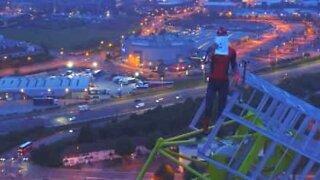 Man klättrar uppför 150-meterskran för att ge stöd och hopp
