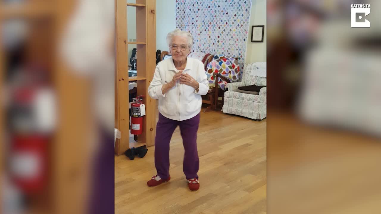 Den gamle damen danser som om hun var tenåring