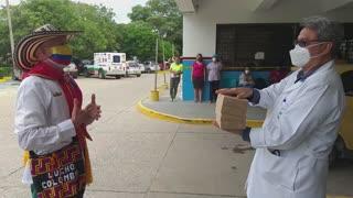 Lucho Colombia entrega panes para heroes