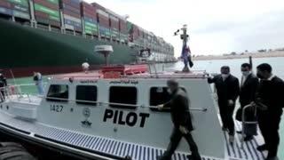 Video: Así avanzan los trabajos para liberar barco atrapado en el Canal del Suez