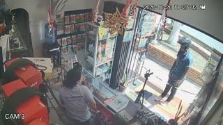 Video: Mujer evitó ser robada por un hombre que le apuntaba con una pistola en Girón