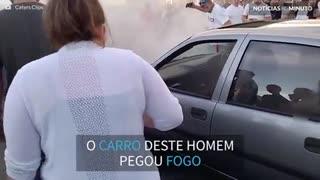 Fã de automóveis incendeia o próprio carro