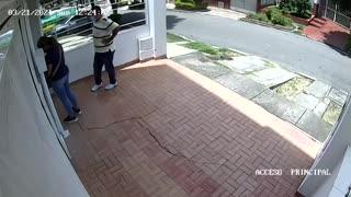 los ladrones, un hombre y una mujer, violentando las cerraduras