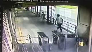 Video: Se roba las estaciones de Metrolínea a pedazos
