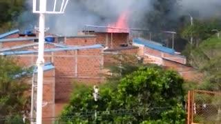 Bomberos intentan controlar incendio en el norte de Bucaramanga