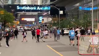 A street hockey game is being held in protest of vaccine and mask mandates in downtown Toronto..!!