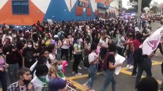 Marcha por el Día de la Mujer avanza por vías de Bucaramanga