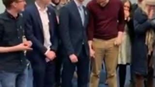 Ιρλανδία: Bουλευτής γιόρτασε την εκλογή του φιλώντας live τον σύντροφό του στο στόμα!!!!!!