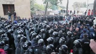La Policía georgiana carga contra manifestantes que bloquean el Parlamento