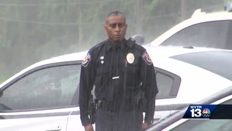Powerful Moment: Brave Officer Stands in Rain to Honor WW2 Vet