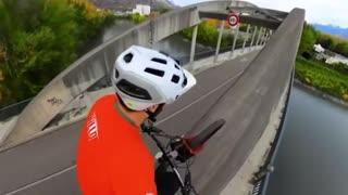 Daredevil riding bike across bridge will weaken your knees