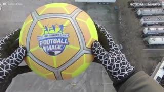 Novo recorde: jogador de futebol controla bola lançada a 41 metros de altura