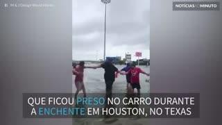 Corrente humana salva idoso que ficou preso em carro durante enchente