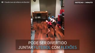 Menino faz flexões impressionantes com bola de futebol