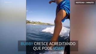 Uma criança surfista voadora