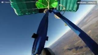 Assustador: Skydiver se atrapalha em salto e perde o controle