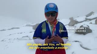 Las cholitas escaladoras bolivianas juegan fútbol a 5.000 metros de altitud