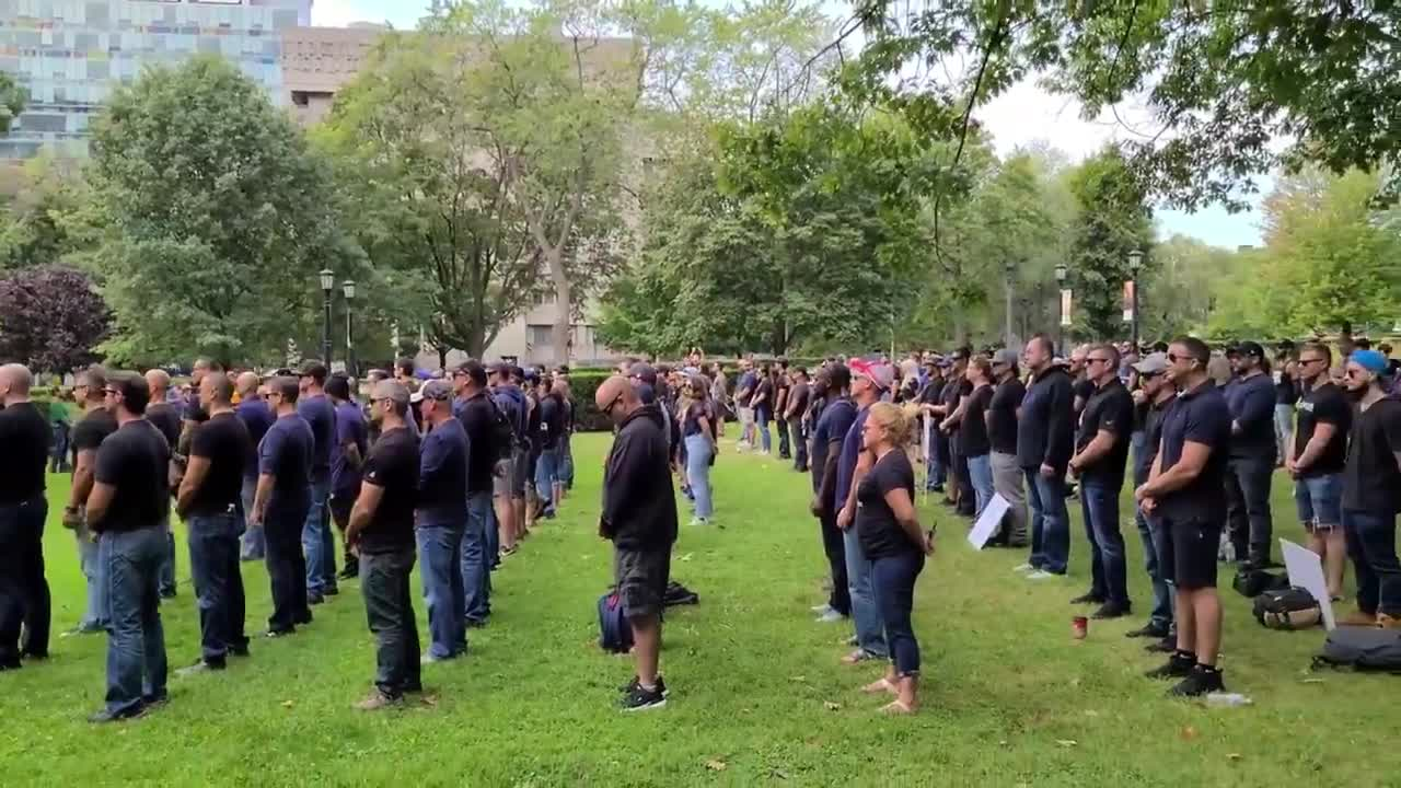 Canada: police officers, firefighters and paramedics silent protest required Covid vaccinations