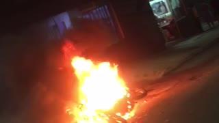 Motocicleta, al parecer de una pareja de ladrones, se incendió en Bucaramanga